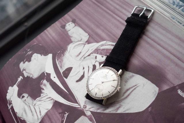 Gemeinsam mit der Uhr wurden Echtheitszertifikate und ein Buch namens »Elvis« versteigert, das Bilder der Musiklegende mit der Uhr zeigt. Foto: Phillips