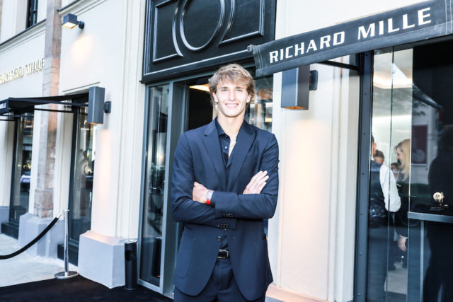 Alexander Zverev mit seiner persönlichen RM 67-02 vor der Münchner Richard-Mille-Boutique.