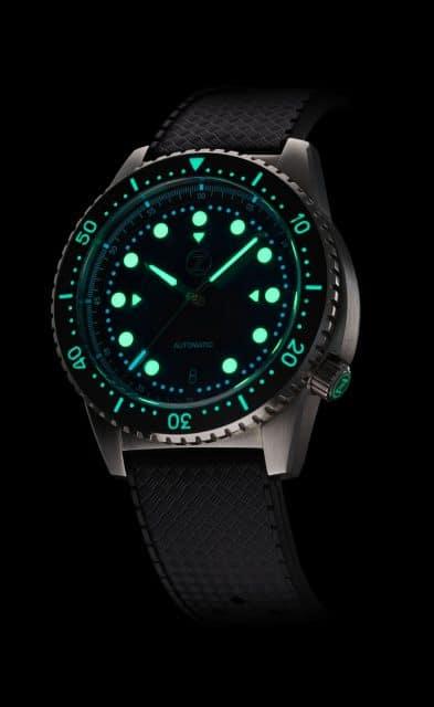 Zelos: Mako 500m Bronze Diver Nachtansicht