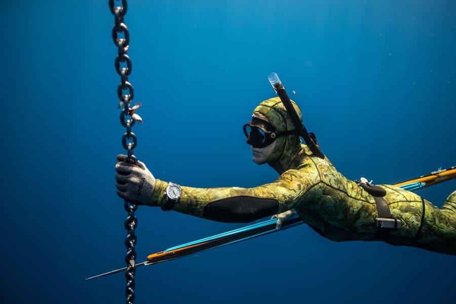 Mark Healey testet die Bremont Waterman beim Apnoe-Tauchgang