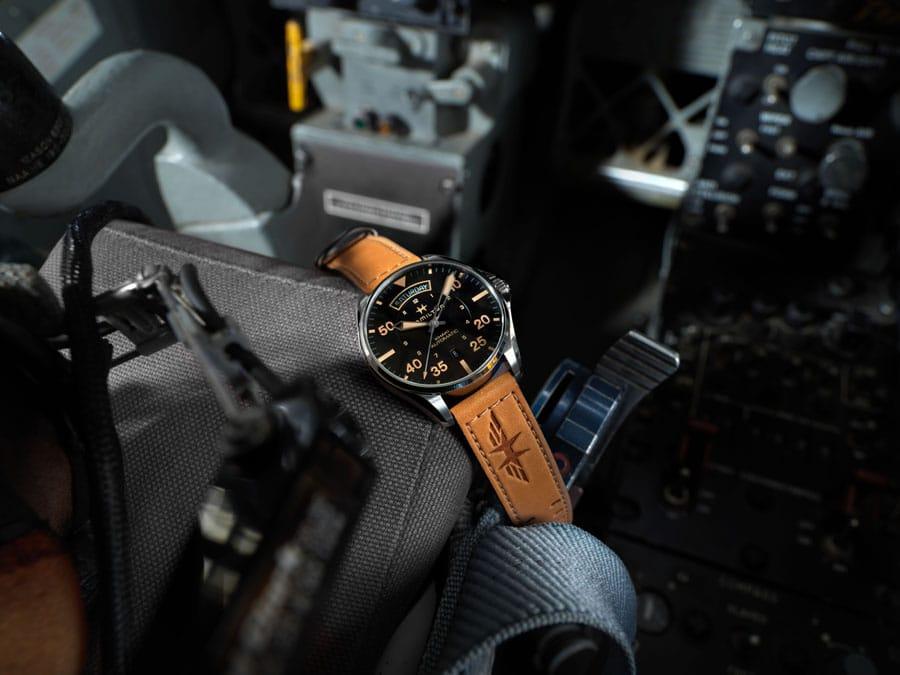 Hamilton: Khaki Pilot Auto mit wüstenbraunem Lederarmband