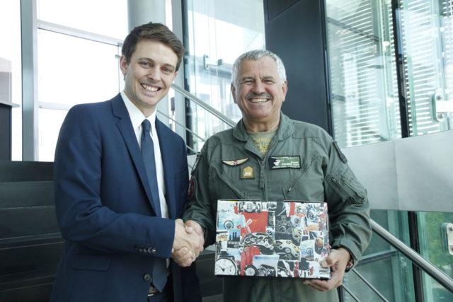 Hanhart-CEO Felix Wallner übergibt Generalmajor Karl Gruber seinen Chronographen