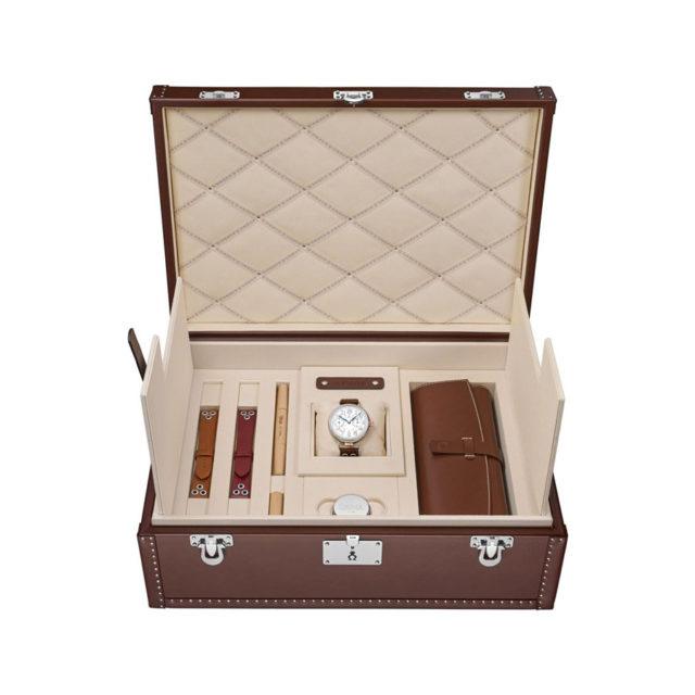 Der First Omega Wrist-Chronograph Limited Edition kommt in einer Lederbox