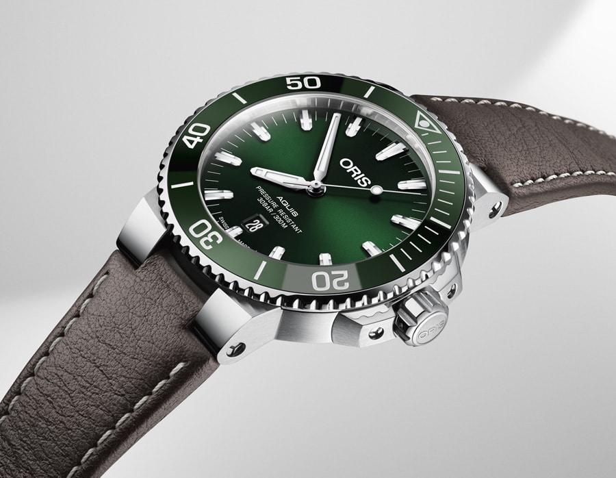 Die Oris Aquis Date mit grünem Zifferblatt und braunem Lederband.
