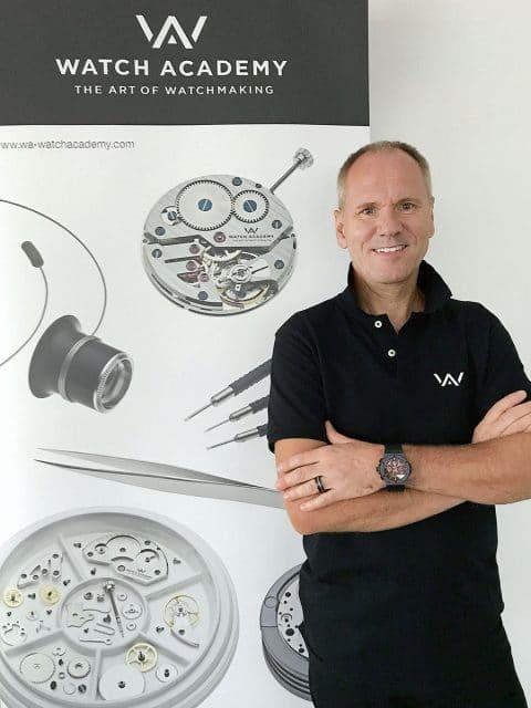 Boris Kuijper, gelernter Uhrmachermeister, führt in seiner mobilen Uhrmacherschule Watch Academy Interessenten vor, wie ein Werk auseinander- und wieder zusammengebaut wird