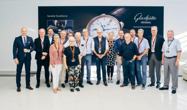 Die Teilnehmer der Leserreise mit dem neuen Glashütte Original Geschäftsführer, Roland von Keith (links im Bild)