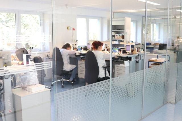 In der obersten Etage bei Mühle-Glashütte werden in hellen Räumlichkeiten die Armbanduhren gefertigt.