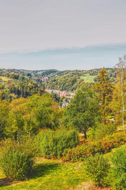 Sommerlicher Blick von der Wempe Sternwarte auf das Städtchen Glashütte.