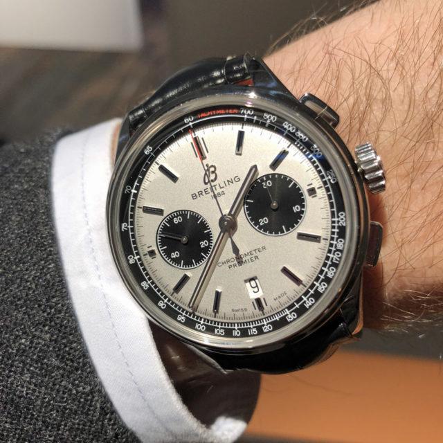 So sieht der Breitling Premier B01 Chronograph 42 mit silbernem Zifferblatt am Handgelenk aus