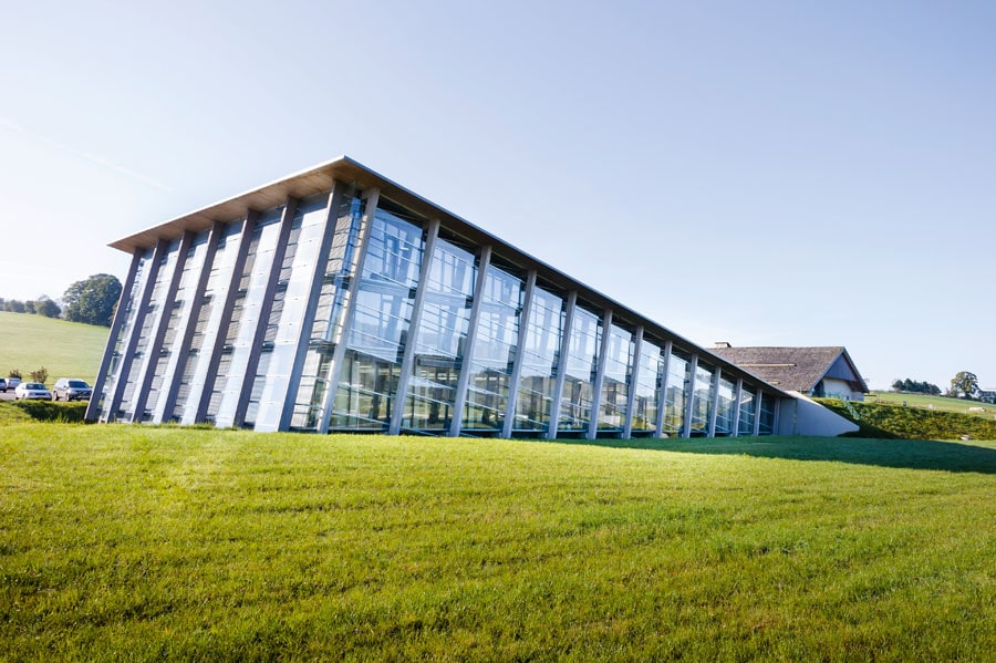 Heimat von Greubel Forseysind ein futuristisches Manufakturgebäude und ein altes Bauernhaus