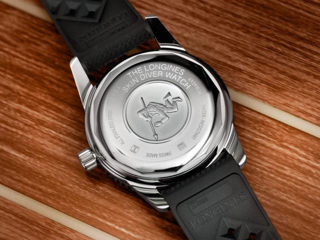 Die Rückseite der Skin Diver Watch ziert das Relief eines harpunenbewehrten Tauchers