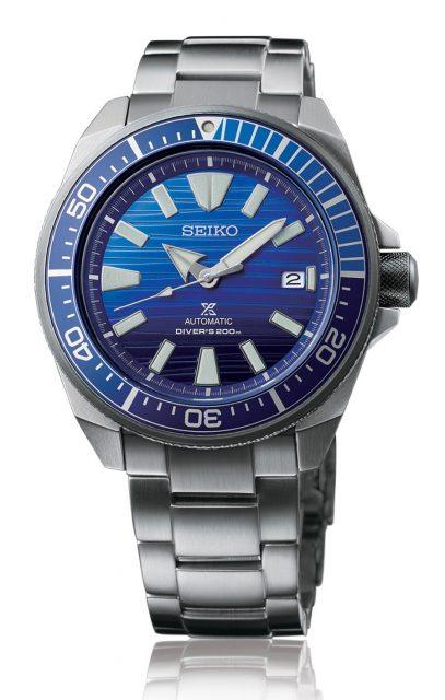 Platz 10 Seiko Prospex Automatik Diver's: Erstmals in den Top 10 der beliebtesten Uhrenmodell im deutschsprachigen Raum vertreten ist keine Marke aus der Schweiz, sondern aus Japan. Zugleich handelt es sich um das günstigste Uhrenmodell. Seiko belegt mit ihrer beliebten Taucheruhr Prospex Automatik Diver's Rang 10. Die japanische Uhrenmarke ist bekannt für ihr gutes Preis-Leistungs-Verhältnis. So ist es nachvollziehbar, dass es die Marke auch unter die Top Ten schafft. Ausgestattet ist die abgebildete Prospex Save the Ocean Automatic Diver's Special Edition mit Manufakturkaliber, einer Druckfestigkeit bis 20 Bar und einer Datumsanzeige bei der Drei. Der Preis: 490 Euro.