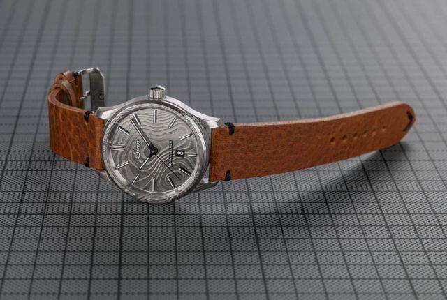 Sinn Spezialuhren Modell 1800 Damaszener mit braunem Lederband