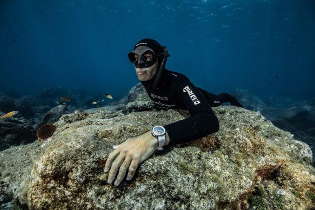 Der Freitaucher und Ulysse Nardin Markenbotschafter Fred Buyle mit der Marine Diver Great White Limited Edition unter Wasser