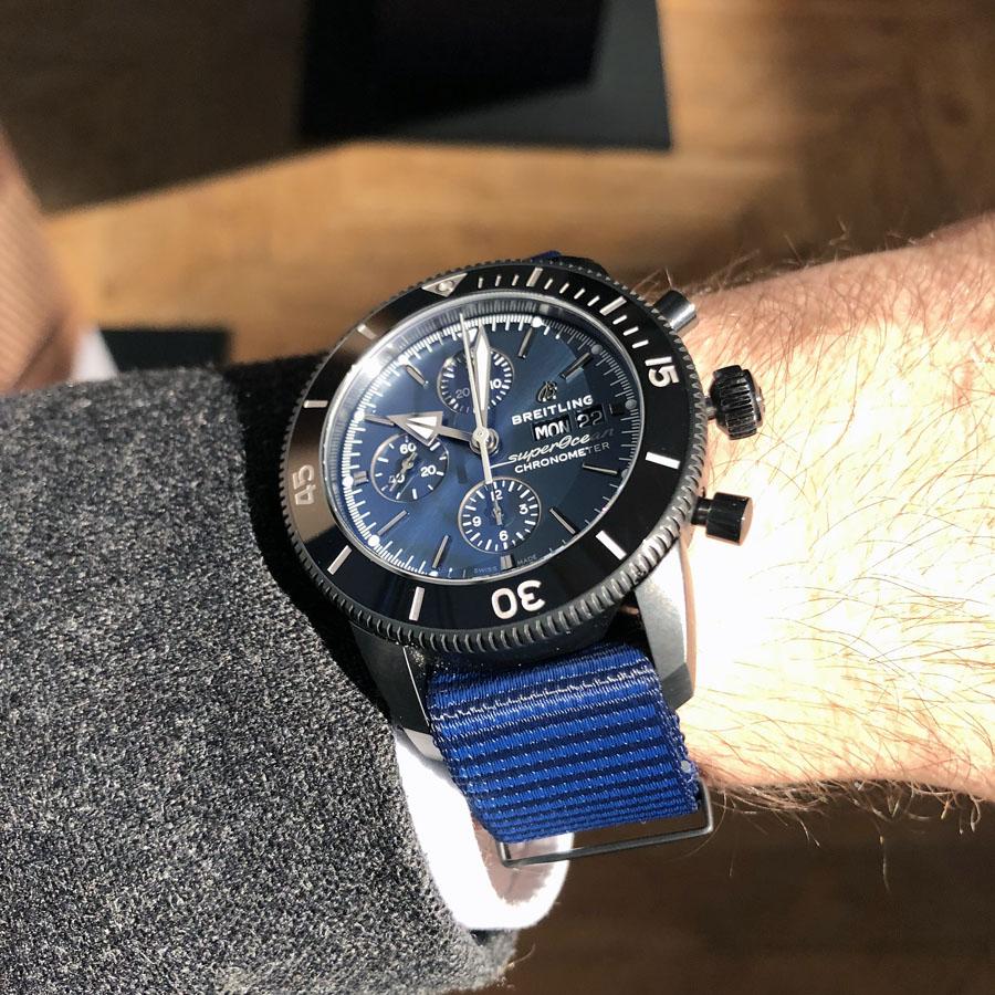 So sieht die Breitling Superocean Heritage II Chronograph 44 Outerknown am Handgelenk aus