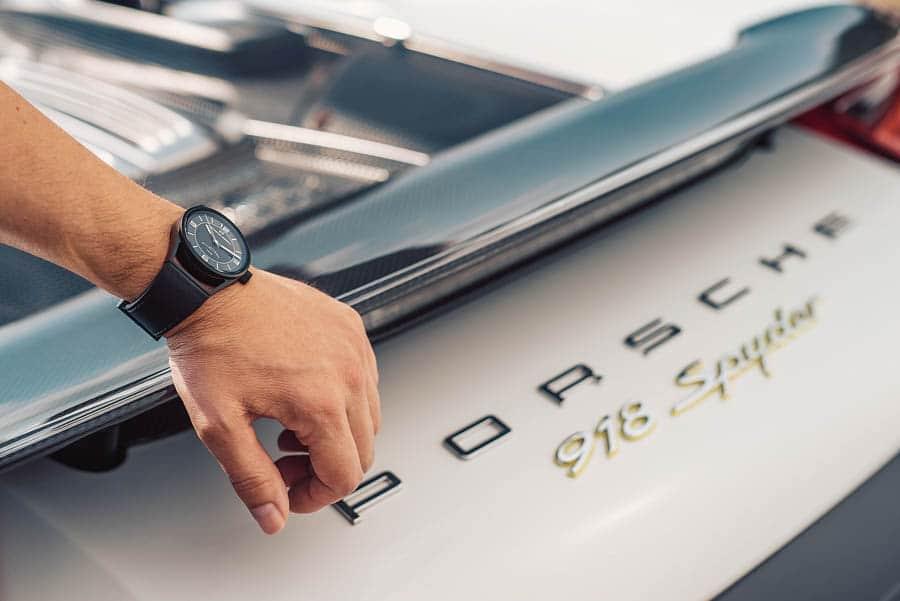 Rasante Kombi: Porsche Design 1919 Datetimer 70Y Sports Car Limited Edition und Porsche 918 Spyder