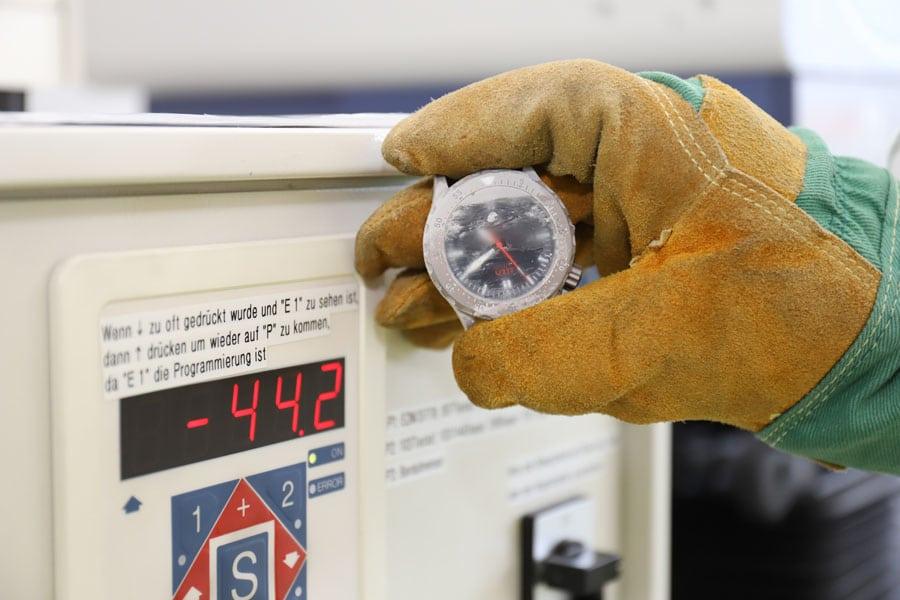 Sinn Spezialuhren: U212 im Dauertest, Kältetest im Eisschrank