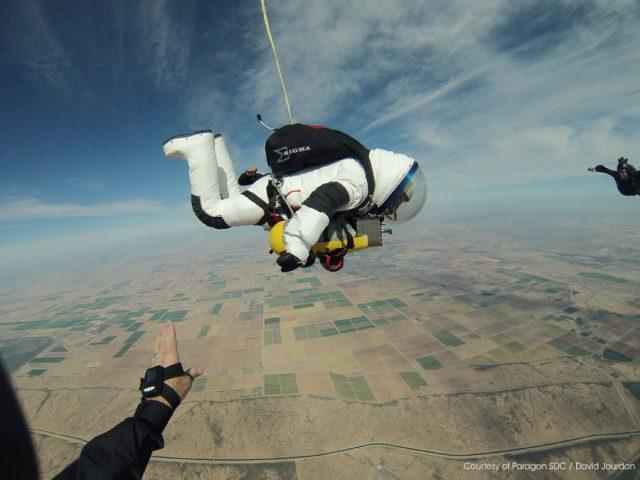 Robert Alan Eustace bei seinem Stratosphärensprung eine 857 UTC TESTAF am Arm