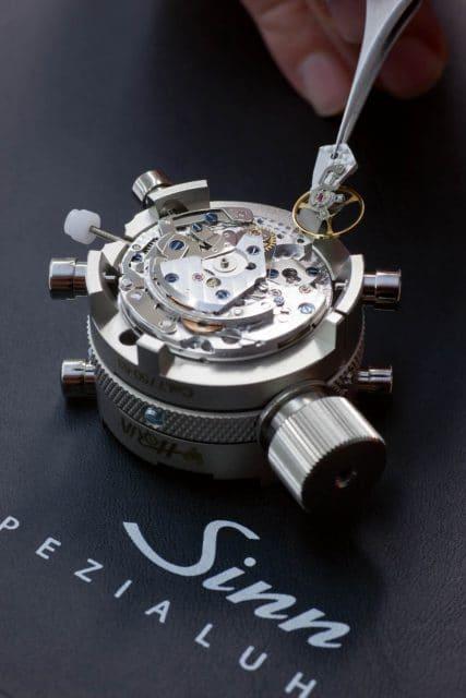 Bei Sinn baut ein Uhrmacher an das SZ01 zusammen
