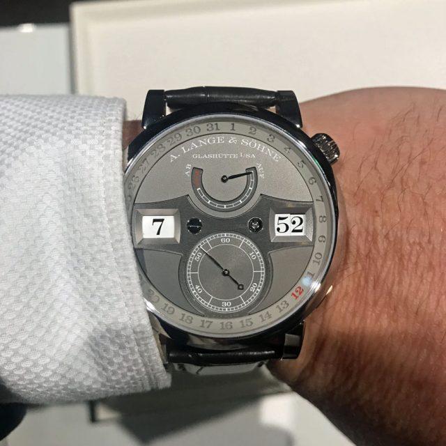 So sieht die Zeitwerk Date von A. Lange & Söhne am Handgelenk aus