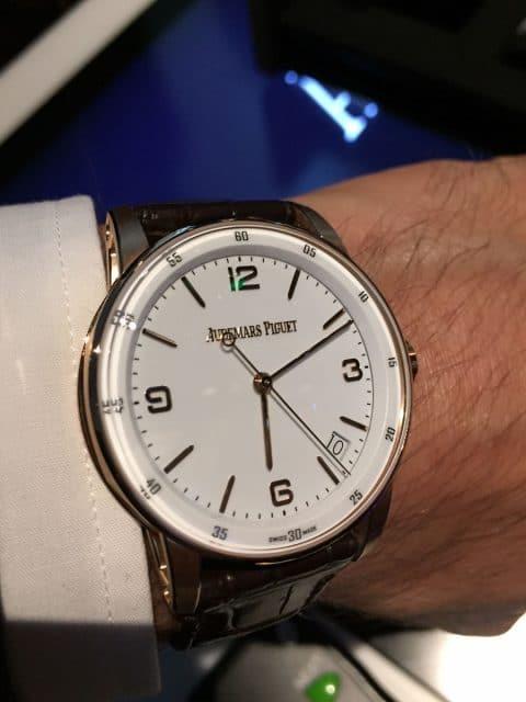 So sieht die Code 11:59 Automatik von Audemars Piguet in Roségold mit weißem Zifferblatt am Handgelenk aus