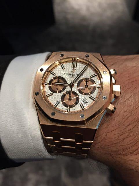 Live-Bild vom Genfer Uhrensalon SIHH: So sieht der goldene Audemars Piguet Royal Oak Automatik Chronograph am Handgelenk aus