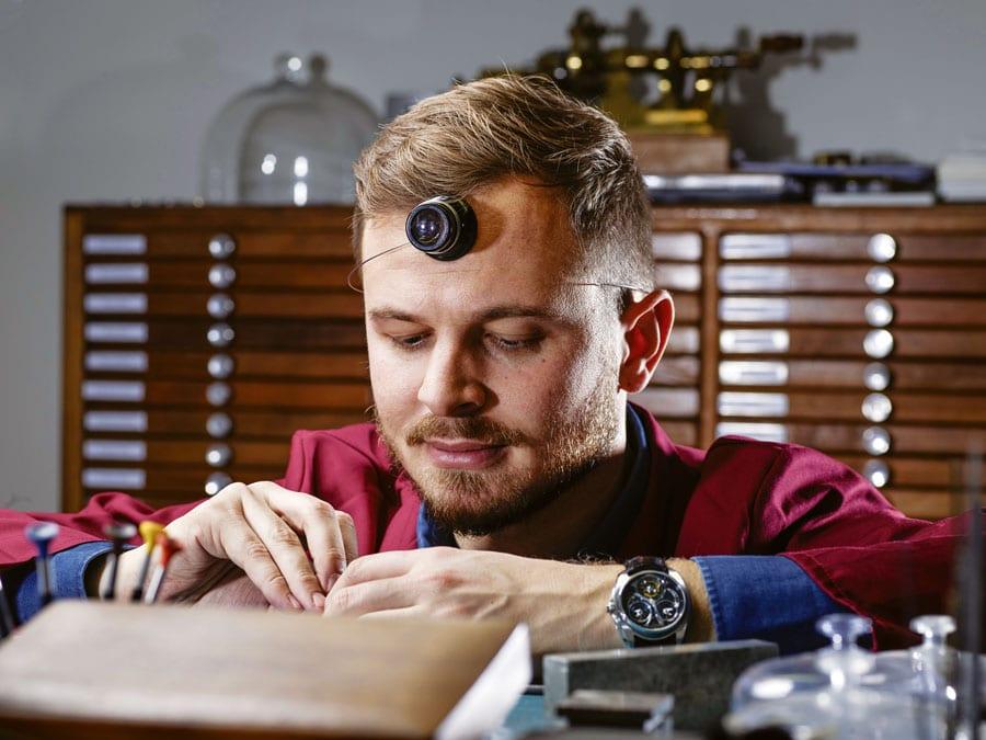 Rexhep Rexhepi an seinem Uhrmachertisch