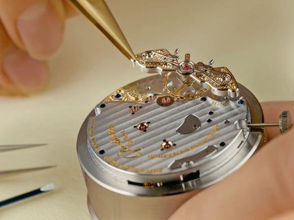 Montage des Kalibers 65 von Glashütte Original: Der Uhrmacher setzt die Unruhbrücke mit Duplex-Schwanenhalsfeder auf