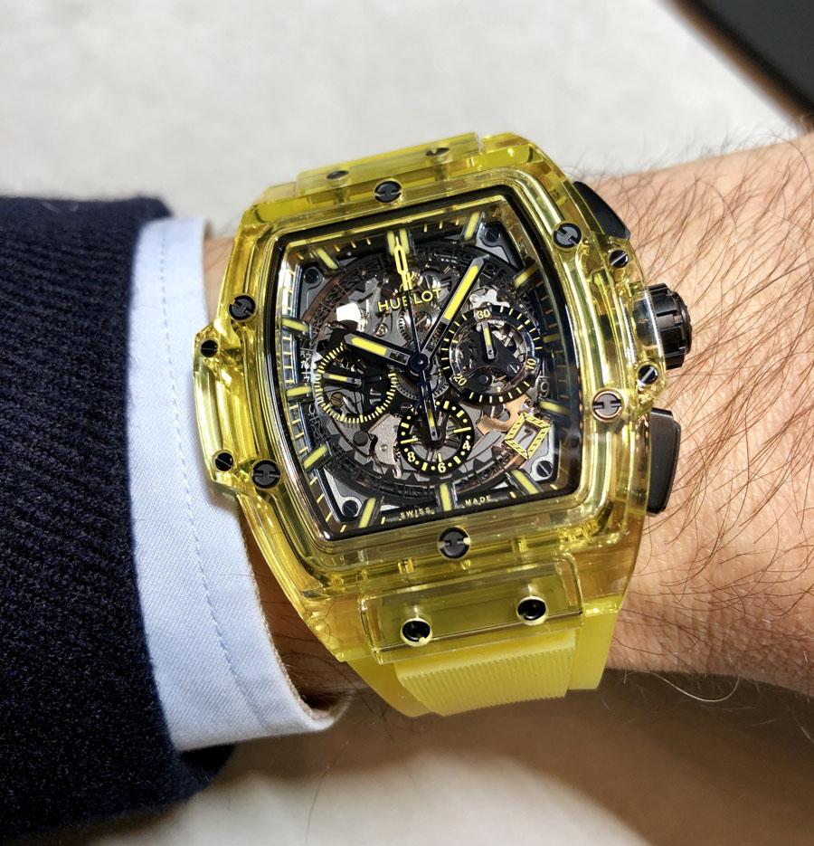 So sieht die Spirit of Big Bang Yellow Sapphire am Handgelenk aus
