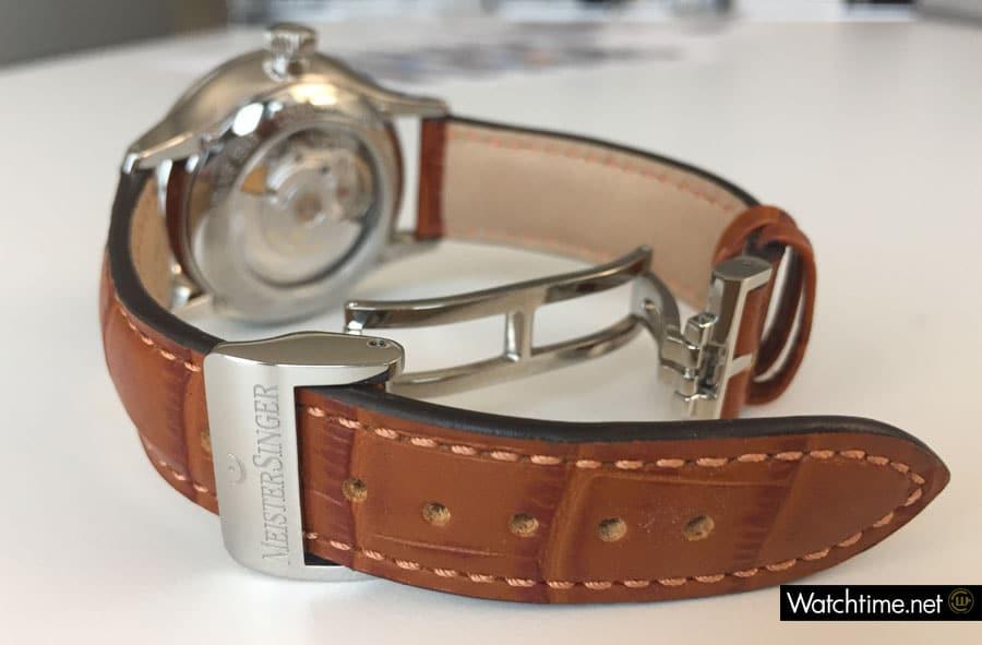 Licht und Schatten: Die Schließe ist hochwertig, wird aber anfangs von dem steifen Lederband aufgehebelt