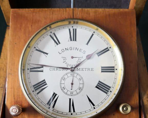 Auch dieser Marinechronometer, der klassischerweise im aufklappbaren Holzgehäuse untergebracht ist, besitzt eine Up/Down-Anzeige und wurde vorläufig auf 1911 bis 1915 datiert