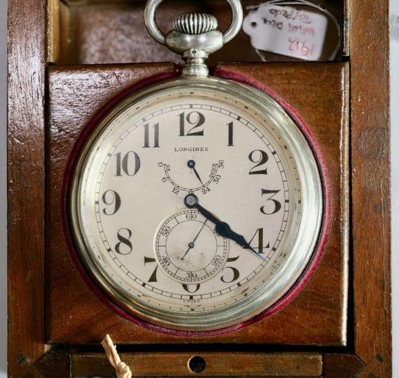 Eine erste Einschätzung ergab, dass diese Taschenuhr mit Up/Down-Anzeige zwischen 1911 und 1915 hergestellt wurde. Das genaue Alter bestimmt Longines nach Ende des Wettbewerbs