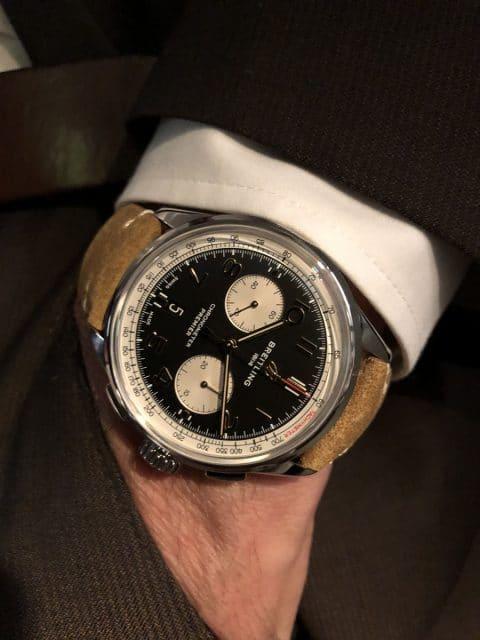 So sieht die Breitling Premier B01 Chronograph 42 Norton Edition am Handgelenk aus