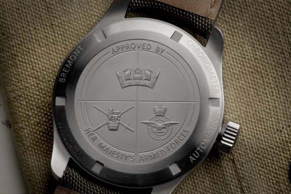 In jeder Uhr der Bremont Armed Forces Collection sind auf dem geschlossenen Gehäuseboden die Wappen der britischen Armee, der Royal Air Force und der Royal Navy eingraviert.