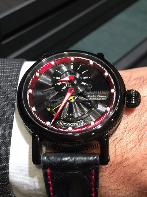 So sieht die schwarz-rote Version des Flying Grand Regulator Open Gear ReSec am Handgelenk aus