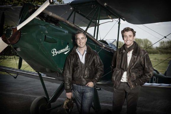 Die Gründer der Uhrenmarke Bremont: Die Brüder Giles (links) und Nick English, hier vor ihrem Vintage-Doppeldecker De Havilland Gipsy Moth, fotografiert 2013 in der Nähe von Henley-on-Thames.
