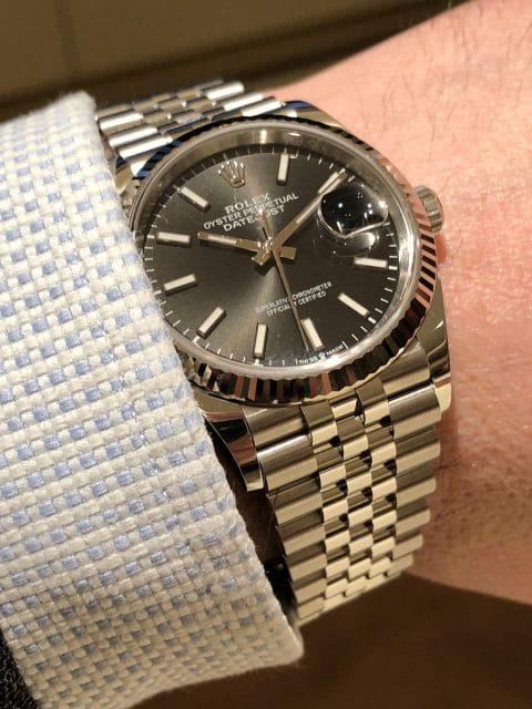 Wristshot der Rolex Oyster Perpetual Datejust 36 in Rolesorweiß am Herrengandgelenk
