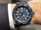 Wristshot der TAG Heuer Autavia mit blauem Zifferblatt