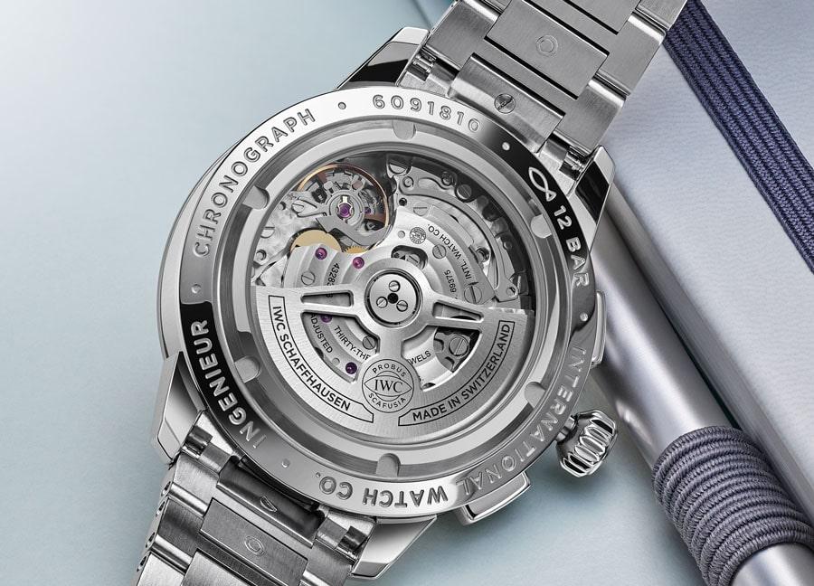 IWC: Chronographen-Manufakturkaliber 69375 – Durchmesser 30,0 mm/7,9 mm hoch, 28.800 A/h, 46 Stunden Gangautonomie, hier im Ingenieur Chronograph Classic