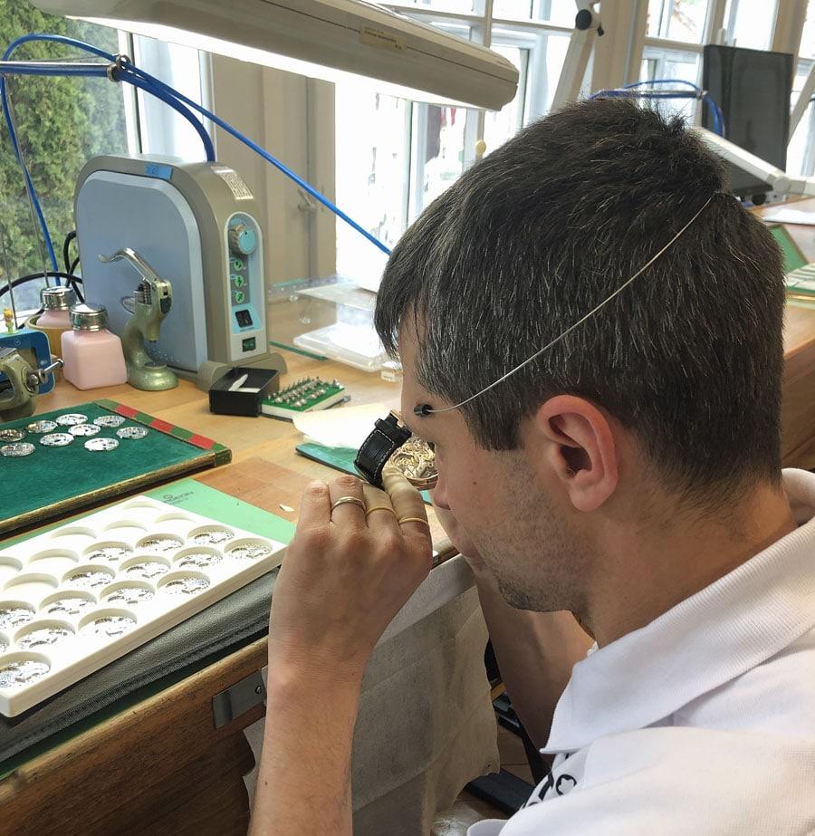 Chronos-Leserreise Jura 2019: Remontage eines Chronographen bei Montblanc