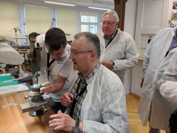 Chronos-Leserreise Jura 2019: Übung im Perlieren bei Montblanc