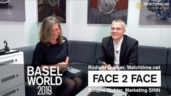 Interview: Simone Richter von Sinn Spezialuhren erklärt Rüdiger Bucher die Jubiläums-Finanzplatzuhr