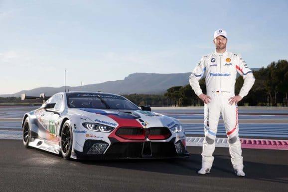 Martin Tomczyk mit seinem Rennwagen, dem neuen BMW M8 GTE, fotografiert auf der Teststrecke im südfranzösischen Le Castellet.