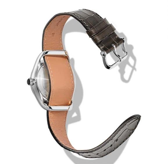Das Armband der Tom Ford 02 lässt sich auf erstaunliche einfache Art durch die Bandanstöße ziehen und wechseln.