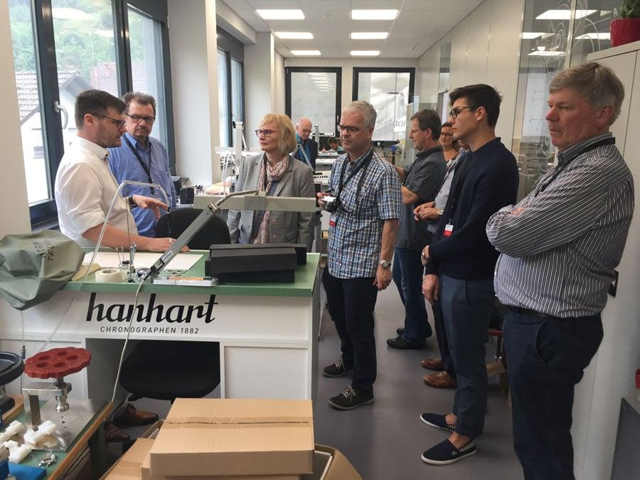 Hanhart-Mitgeschäftsführer Simon Hall zeigt den Watchtime.net-Lesern das Uhrmacheratelier