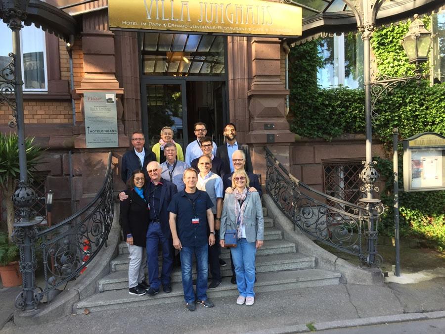 Die Teilnehmer der diesjährigen Leserreise Schwarzwald vor dem Hotel Villa Junghans