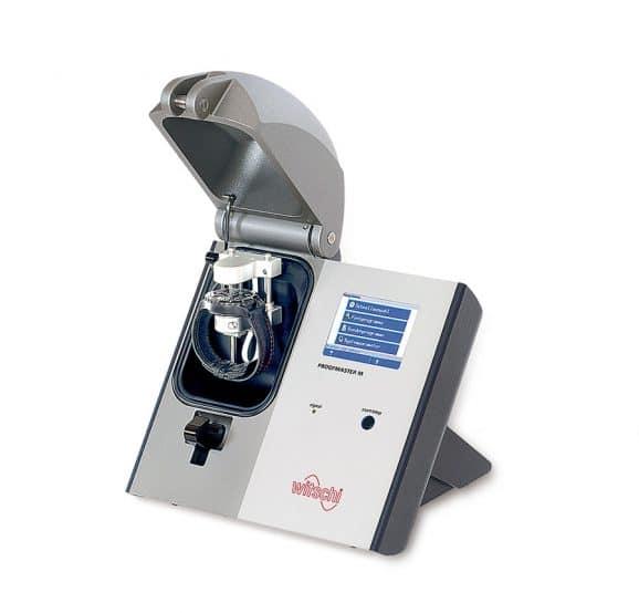 Ein Prüfgerät wie der Witschi Proofmaster M kann die Wasserdichtheit trocken testen