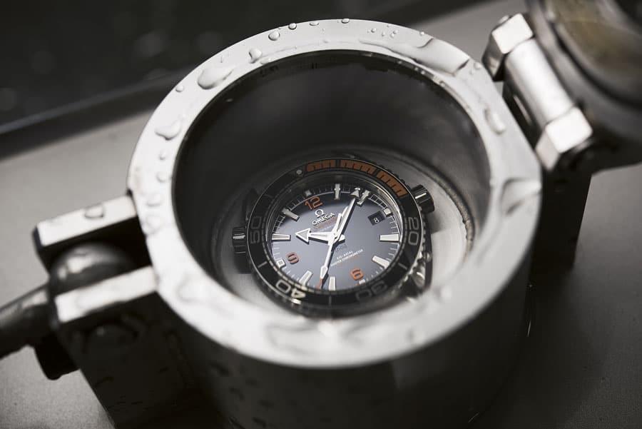 Omega testet die Seamaster Planet Ocean 600m mithilfe eines Prüfgeräts im Wasser