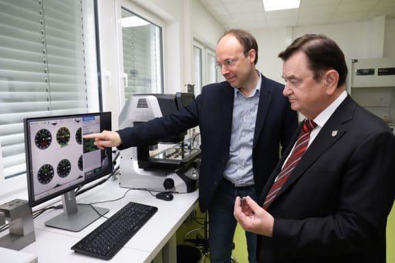 Sinn Spezialuhren: Lothar Schmidt mit dem Leiter der technischen Entwicklung, Dr. Schonefeld