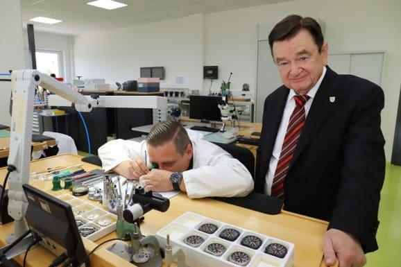 Sinn Spezialuhren: Lothar Schmidt diskutiert mit Produktionsleiter und Uhrmachermeister Kai Günsch